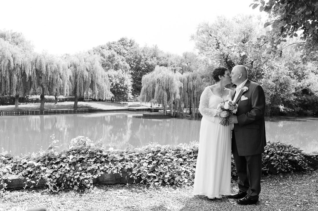 wedding Stratford Upon Avon kiss river Holy Trinity black and white